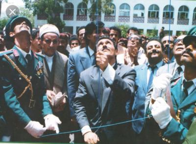 معلقا على صورة رفع صالح لعلم الوحده في مثل هذا اليوم الحوثي يتهم الرئيس الرئيس الراحل على عبدالله صالح بالمحتكر ويص